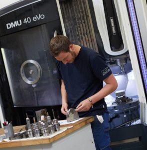 CNC-Fräser fertigt Werkstück