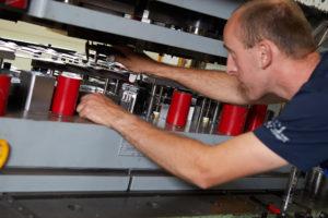 Werkzeugmechaniker bei Erprobung eines Stanzwerkzeuges